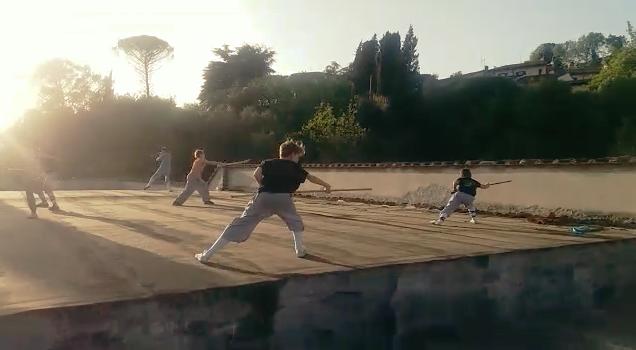 Video dei ragazzi della scuola Shaolin Quan Fa Firenze che si allenano al tramonto